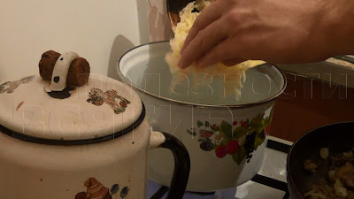 забрасываем в кастрюлю с кипящей водо натертый картофель