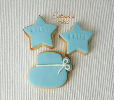 galleta de patuco de bebe en azul, hecha con fondant