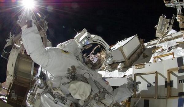 Astronauta dando un 'toque' al Sol