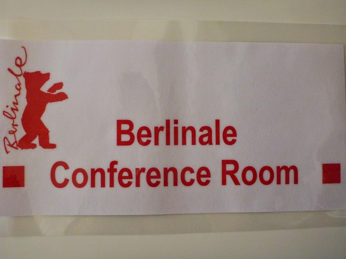 """Tür""""schild"""" aus Papier auf ein Türblatt geklebt: """"Berlinale Conference Room"""""""