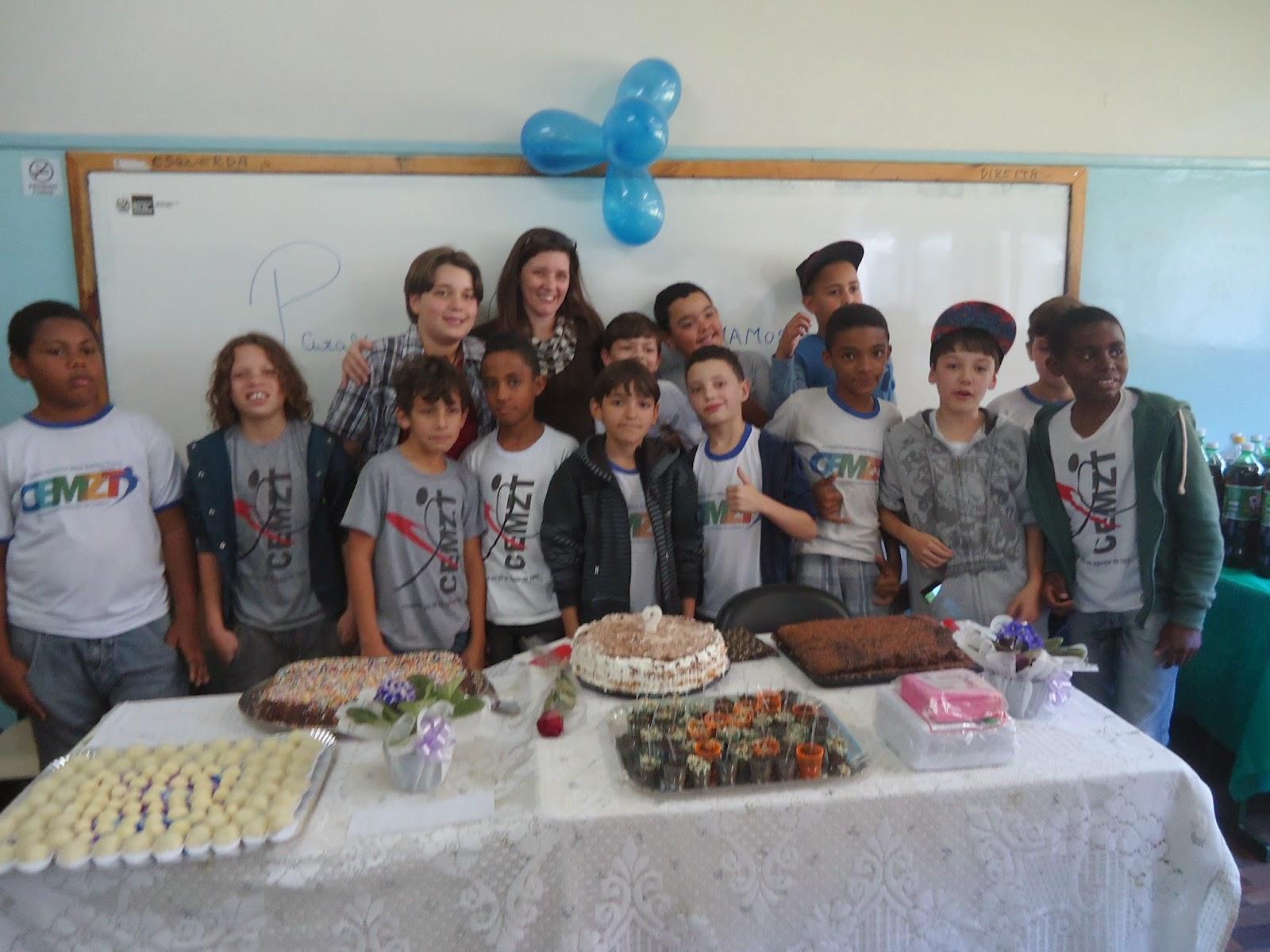 Alunos do 5º ano fazem festa surpresa para a professora Celice