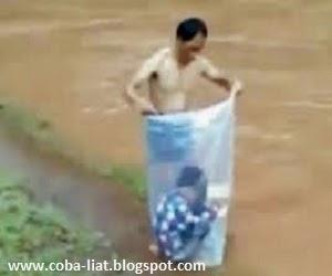 Anak ini rela dibungkus plastik demi ke sekolah