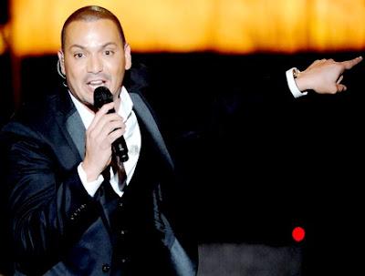 Víctor Manuelle cantando en concierto