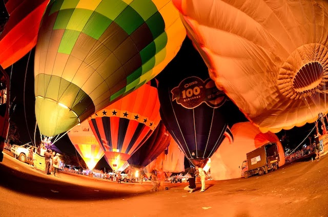 Night glow of the hot air balloons