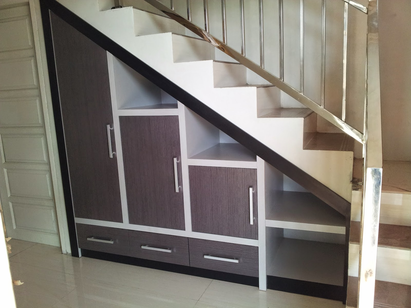 Interiorsamarinda pembuatan lemari bawah tangga for Rak kitchen set minimalis