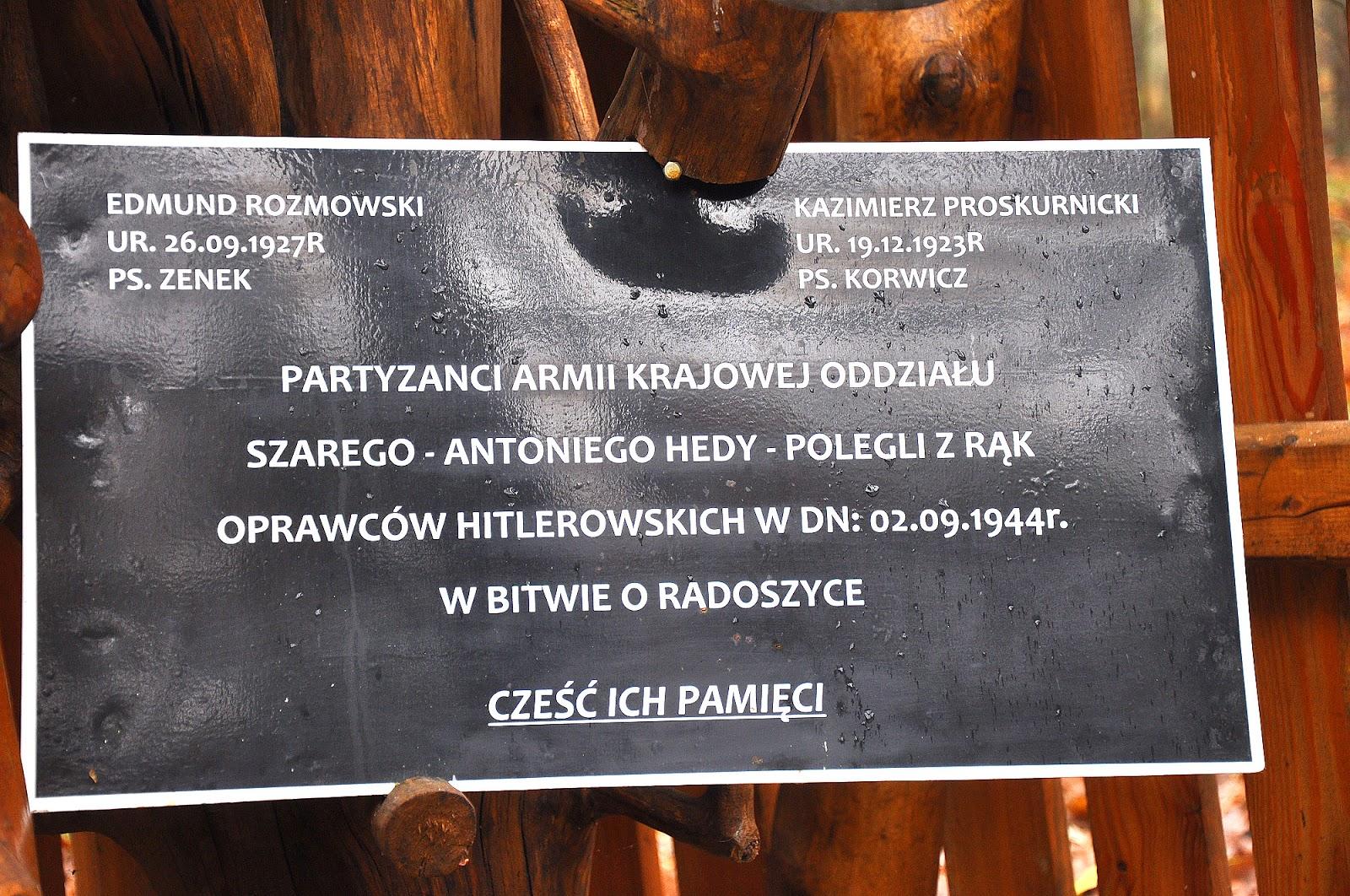 Wyrębów - tabliczka na leśnej, partyzanckiej kapliczce informująca o poległych partyzantach w dniu 2.09.1944. Foto. KW.