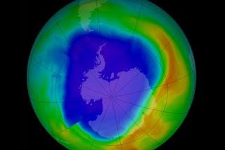 Um caso notável é o da camada de ozônio, aquela que protege a superfície terrestre dos raios ultravioleta, e que havia começado a enfraquecer de forma dramática por causa dos efeitos da atividade humana.