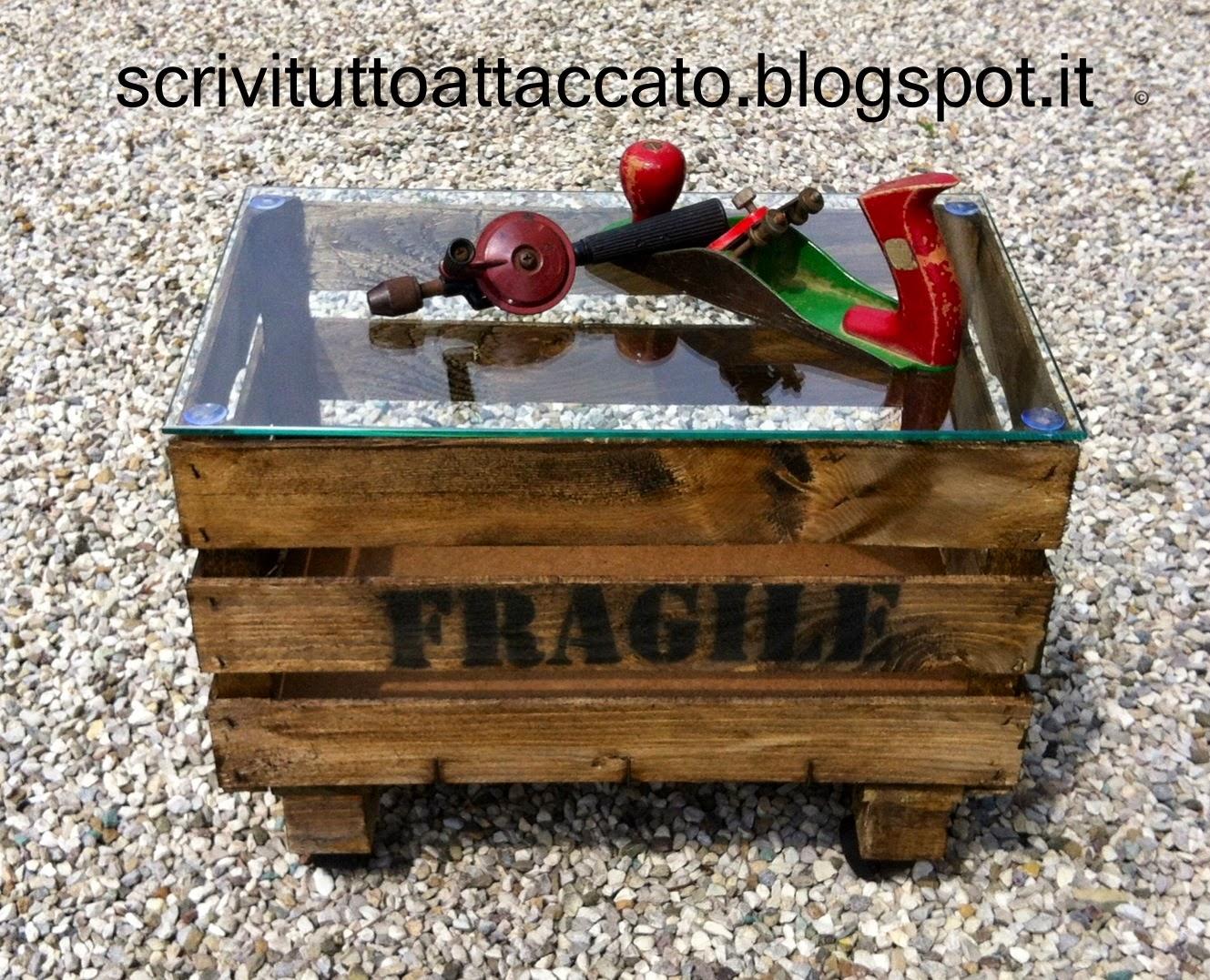 Scrivituttoattaccato tavolino con piano in vetro for Tavolino con cassette