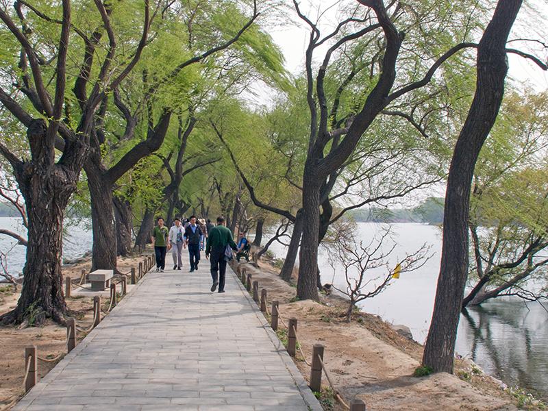 Promenade ceinturant le lac au palais d'Été à Pékin