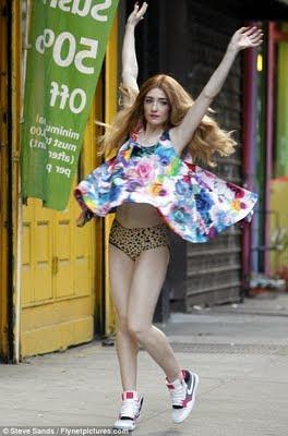 Fashion, Moda, Maquillaje de Girls Aloud Nicola+Roberts+Lucky+Day
