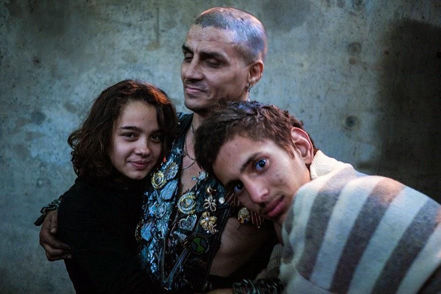 Život v podzemí pod ulicí: drogově závislí a sirotci v Rumunsku našli své