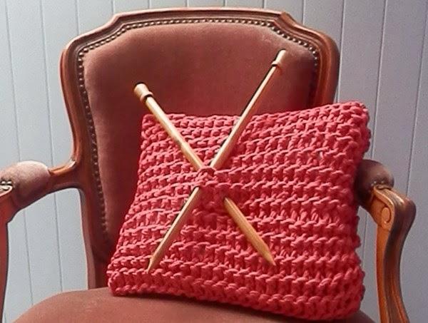 Housse de coussin tricoté en trapilho