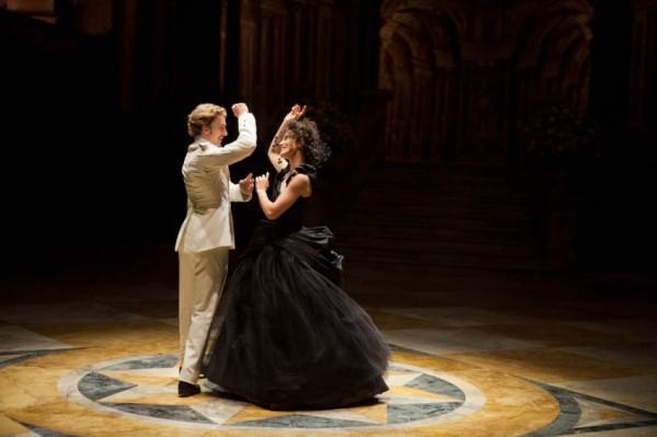 Vronskij e Anna Karenina ballano sorridendosi