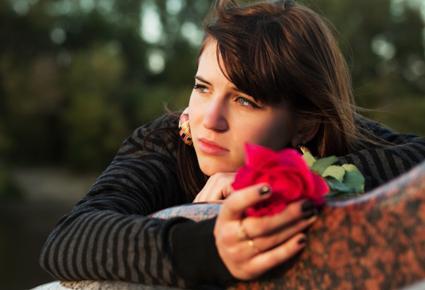 كيف تتخلصين من ذكريات الموعد السئ مع الحبيب - امرأة حزينة تبكى - sad woman crying