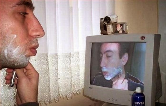 Utilisation d'un écran avec webcam pour se raser le matin, pas con !
