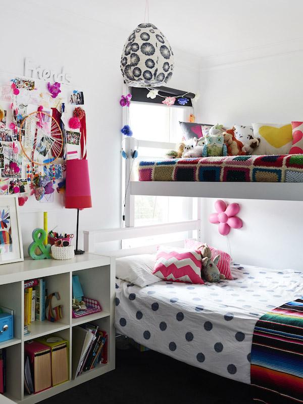 dormitorio infantil colorido con literas