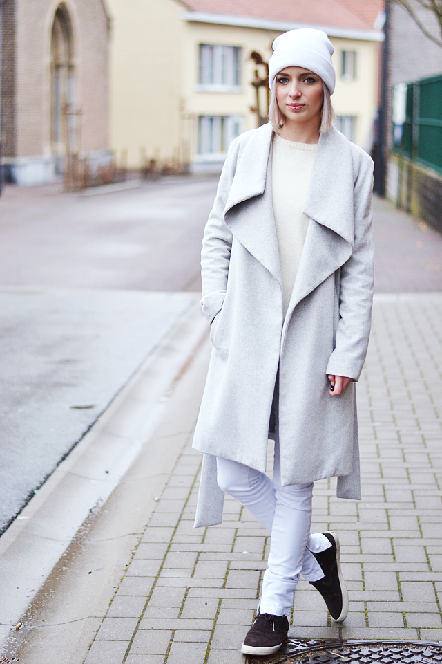 Street style, white jeans, wool jumper, grey coat, wool, light grey, white hat, mango, zara, esprit,