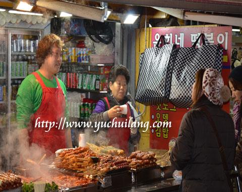 Menikmati sate pedas Korea Selatan pada musim sejuk sungguh senorok.