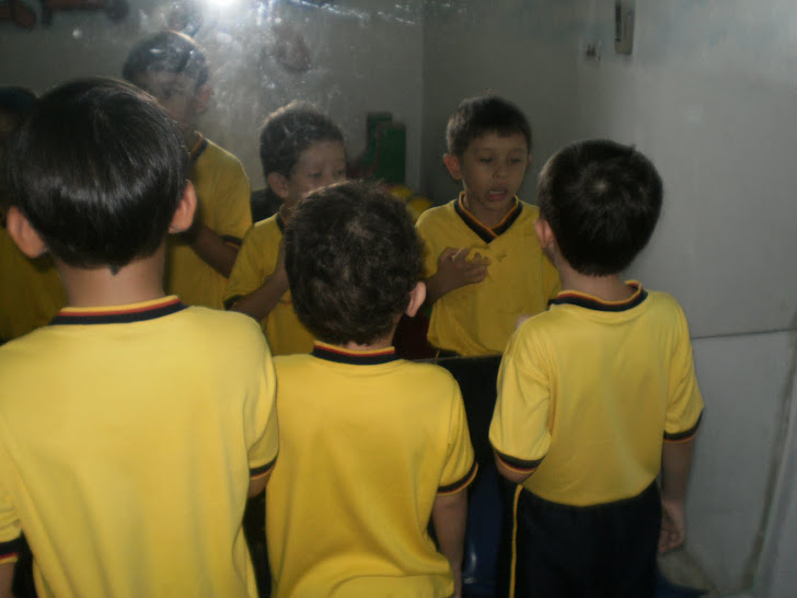 Observo frente al espejo como se produce el sonido del fonema C