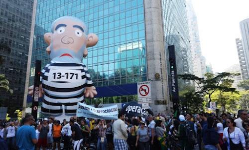 Boneco Pixuleco recuperado volta à Paulista para novo protesto