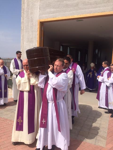 Sacerdotes llevando el féretro
