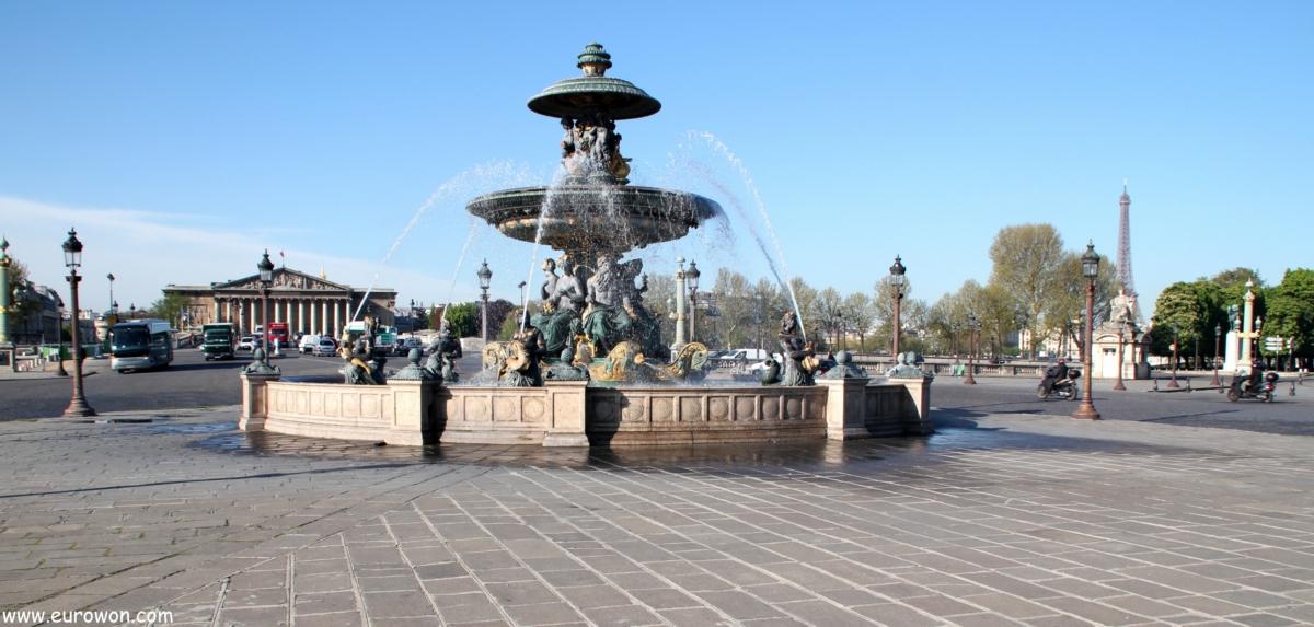 Fuente en la plaza de la Concordia y asamblea Nacional al fondo