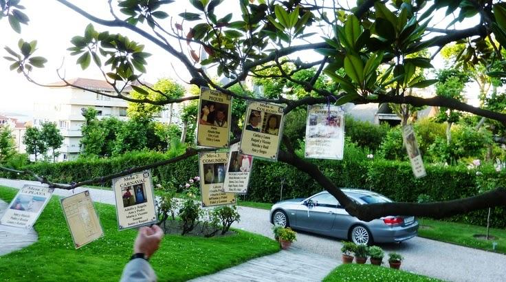 Panel de invitados colgado en árbol
