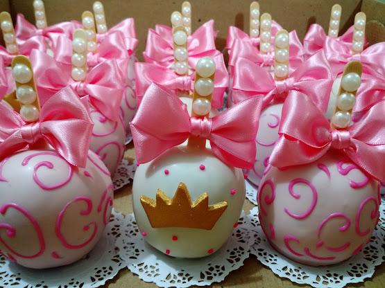 Maçã decorada coroa e pérola