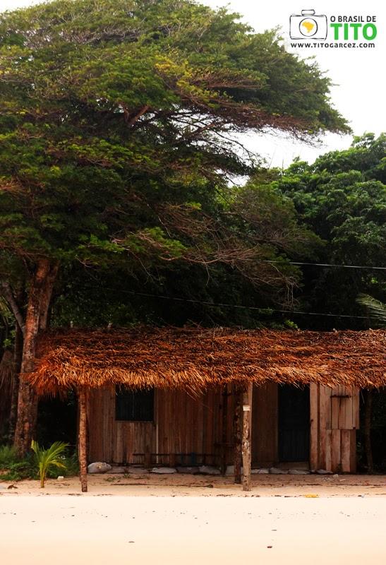 Cabana e vegetação na praia do Vai-Quem-Quer, na ilha de Cotijuba, no Pará