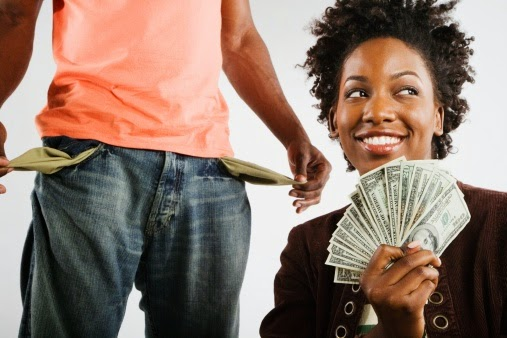 mulher dinheiro compulsiva aproveitadora interesseira