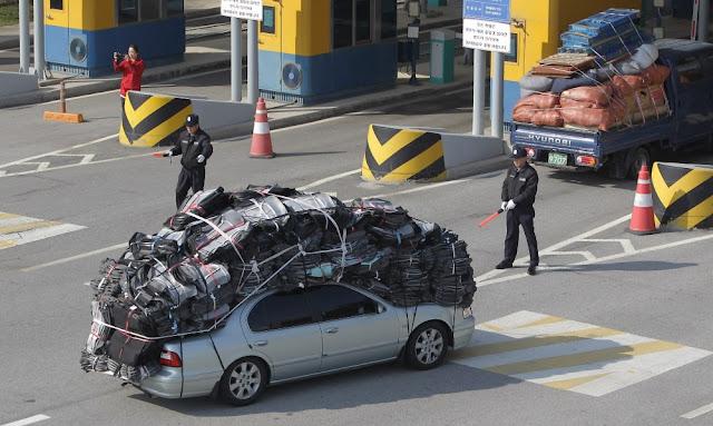 Surcoreanos saliendo de Kaesong con el coche cargado