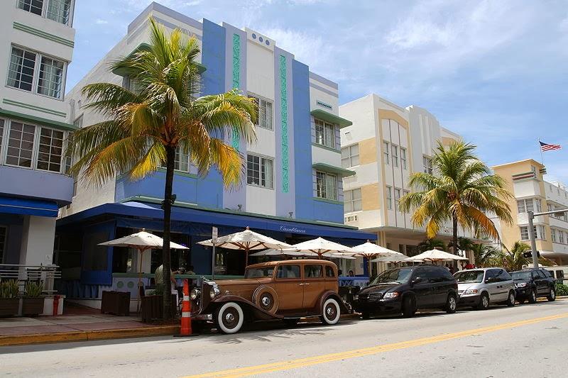 Vista de la ciudad de miami palmeras y sombrillas.