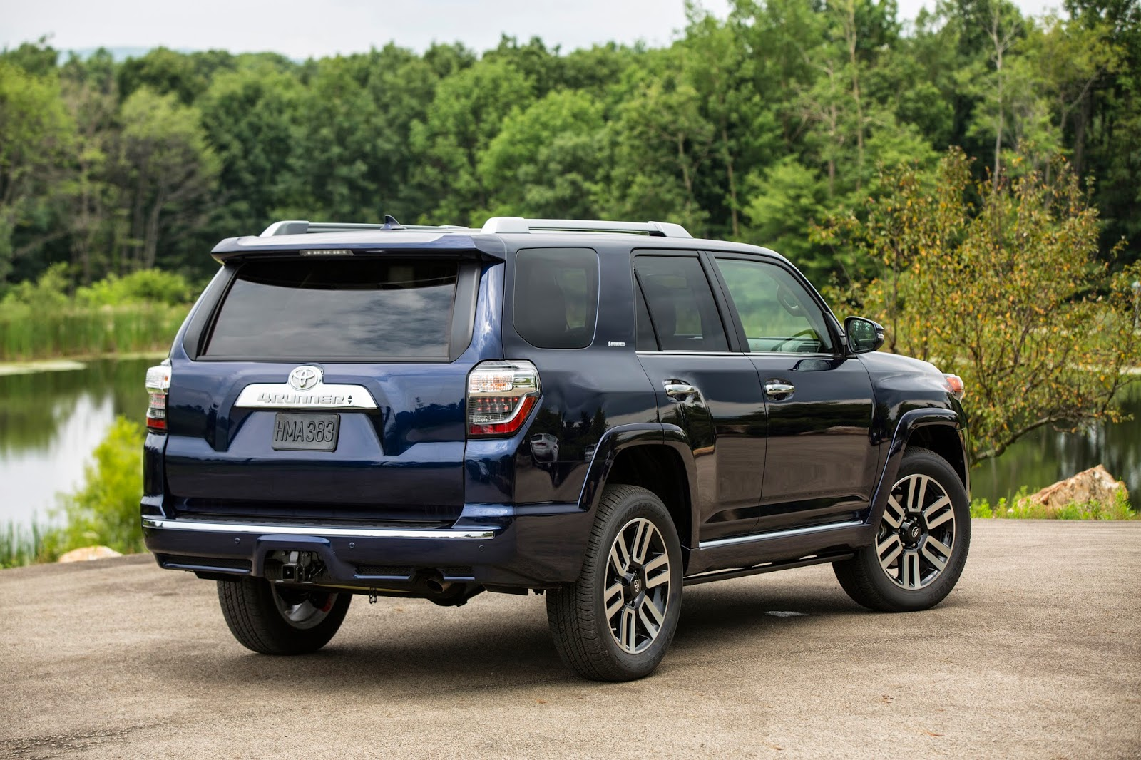 Rear 3/4 view of 2014 Toyota 4Runner