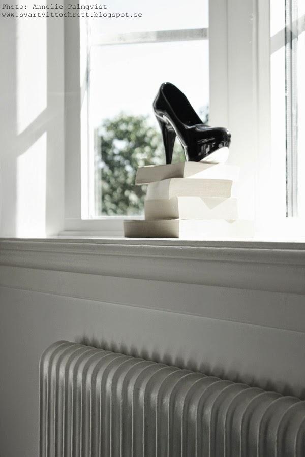svart porslinssko, porslinsskor, porlsin, sko, skor, detaljer i fönstret, vitt fönster, burspråk, stilleben, matsal, matsalen, shopping i alanya, inredningsbutik i turkiet,