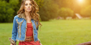 Tips Fashion Untuk Menyiasati Dada Yang Bidang