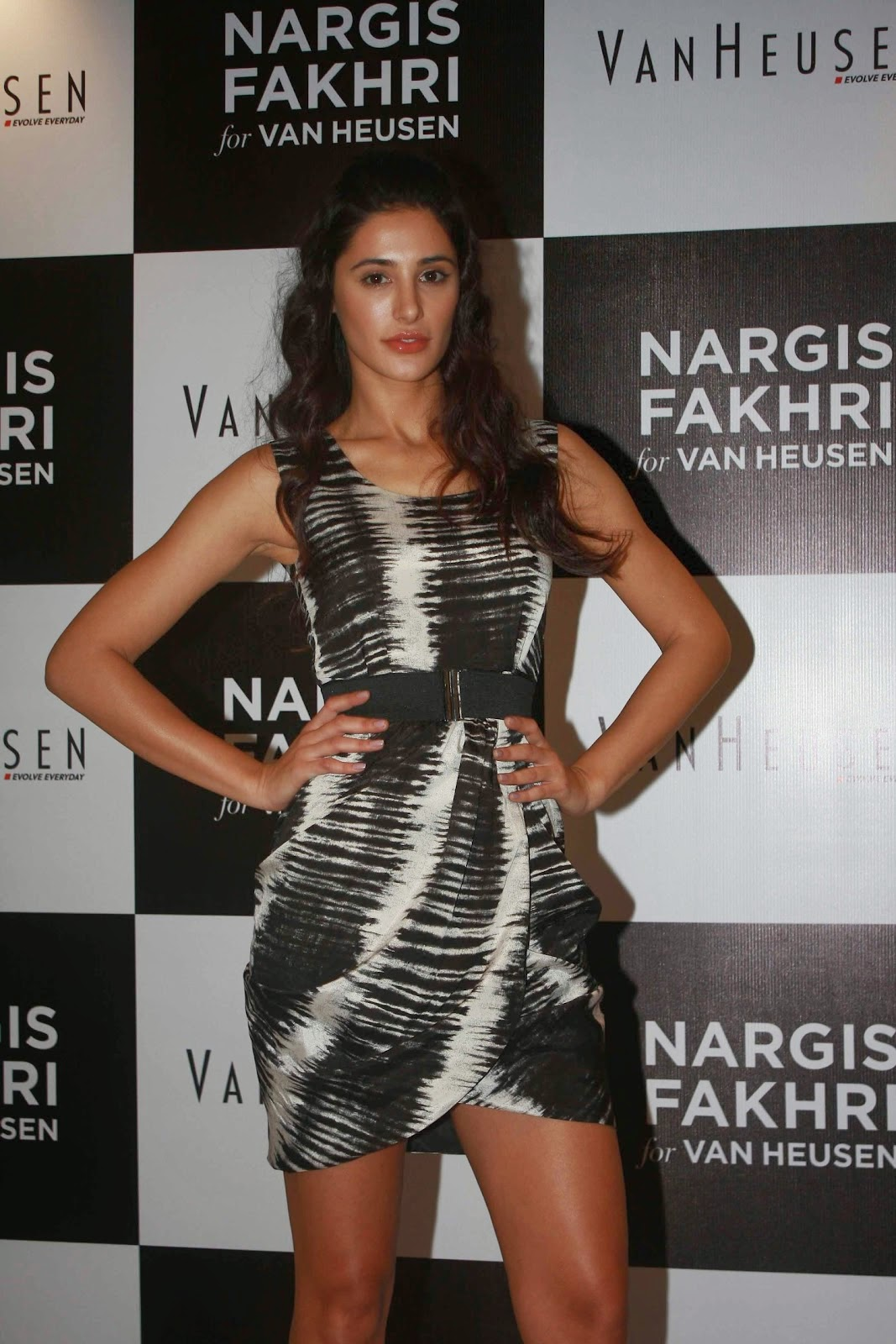 nargis fakhri hot mini skirt hd pics