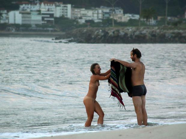 Mulher Toma Banho Nua Em Praia Polu Da