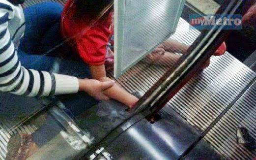 Ngeri Tangan Kanak Kanak Perempuan Tersepit Pada Eskalator