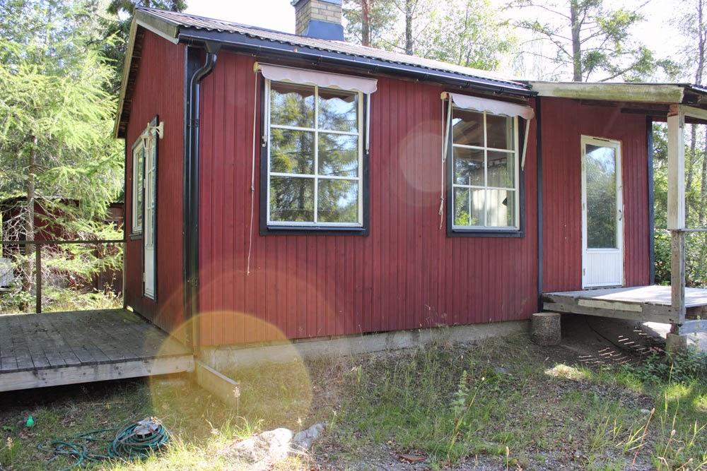 Fönstren är oproportioneligt stora, men å andra sidan blir det mer ljusinsläpp. Tyvärr hade jag inte koll på väderstreck och om dessa fönster är i söderläge eller något annat. Ganska sött rött hus eller hur?