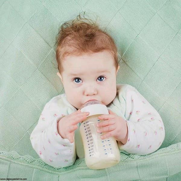 Une Photo bébé qui boit un biberon