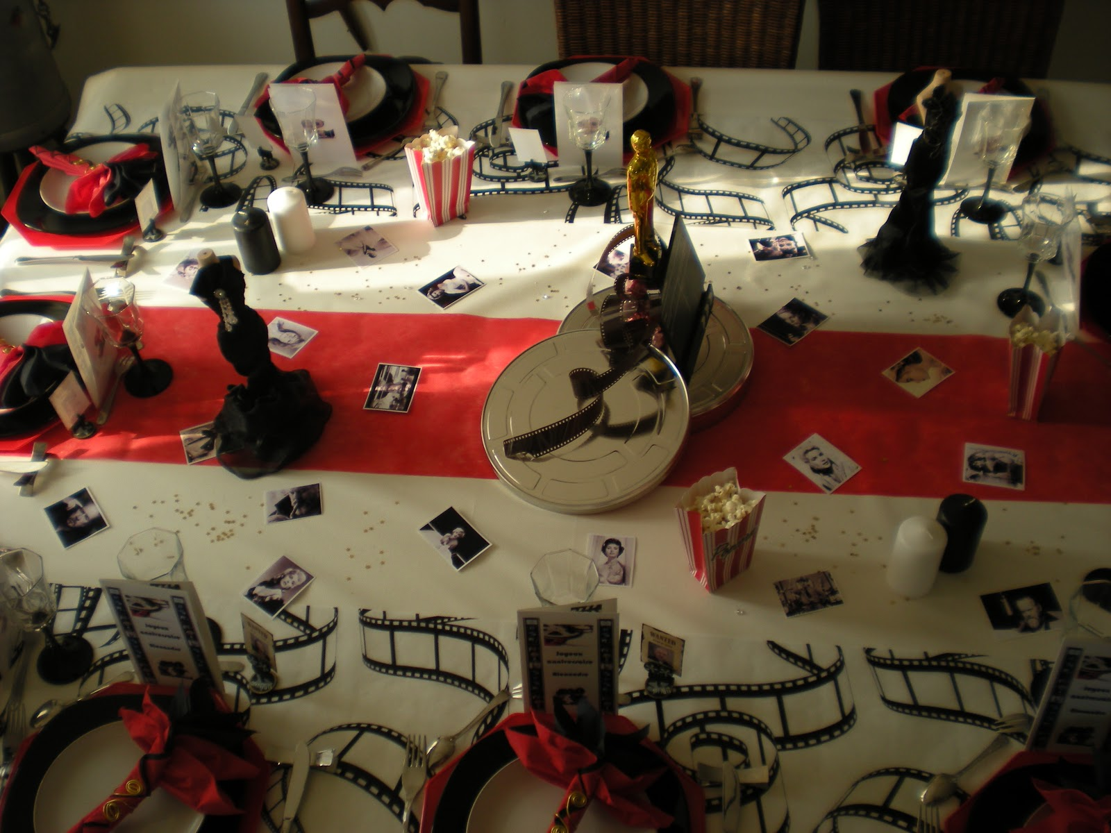 Au Milieu De La Table Un Chemin De Table Rouge Figure Le Tapis Rouge Des Escaliers Du Festival
