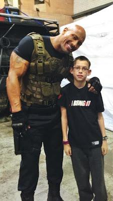 ذا روك ينشر صورته مع أحد الأطفال الذين حقق أمنيتهم