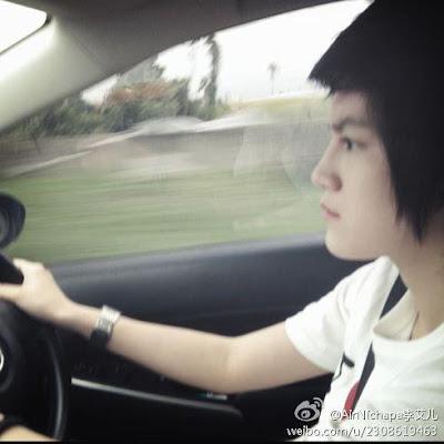 Tina Jittaleela foto mengendarai mobil