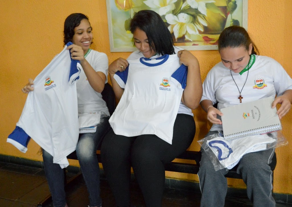 Alunas do Cerom aprovam a nova camisa do uniforme escolar