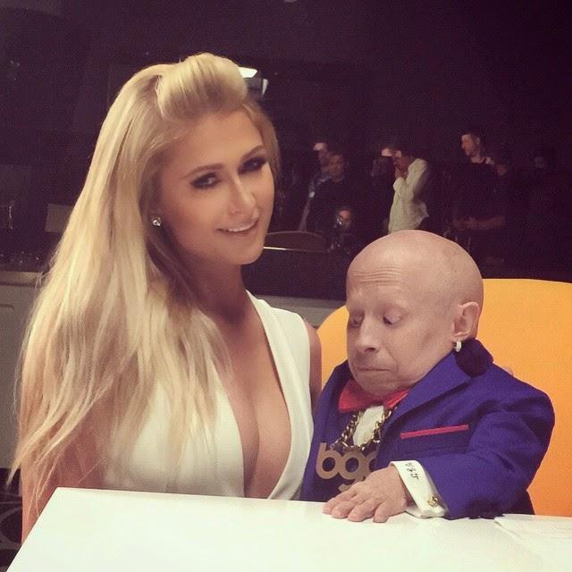 Paris Hilton junto a Verne Troyer