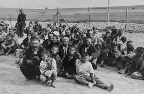 Des roms, qui viennent d'arriver au c d'extermination de belzec
