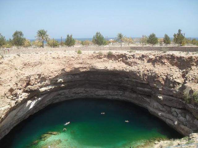 Dolina é transformada em parque aquático no Omã