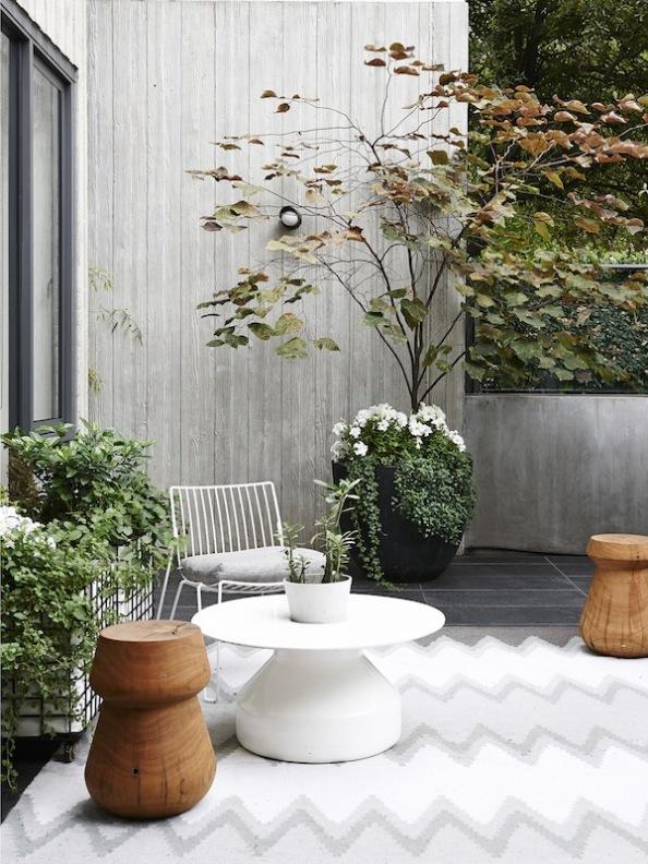 exterior casa decorada en colores grises empolvados y blancos rotos