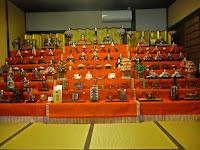 奥のお座敷には豪華な三つの段飾り、昭和の雛飾りがあり平成元年の中小路家所蔵の有職雛(中央)。
