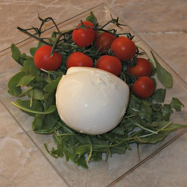 tartare di mozzarella di bufala con rucola, pomodorini e peperoni grigliati